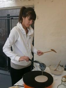 Exercice délicat pour Angélique : la fabrication de crêpes!