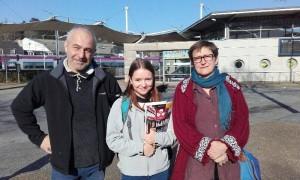 Hannah accueillie par sa famille à la gare